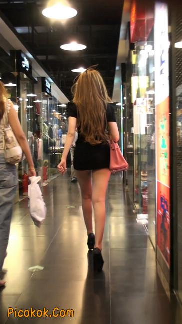 仔细看裙子短的都能看到内裤的极品美女32