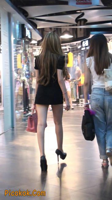 仔细看裙子短的都能看到内裤的极品美女33