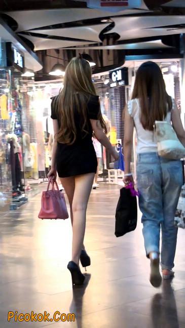 仔细看裙子短的都能看到内裤的极品美女34