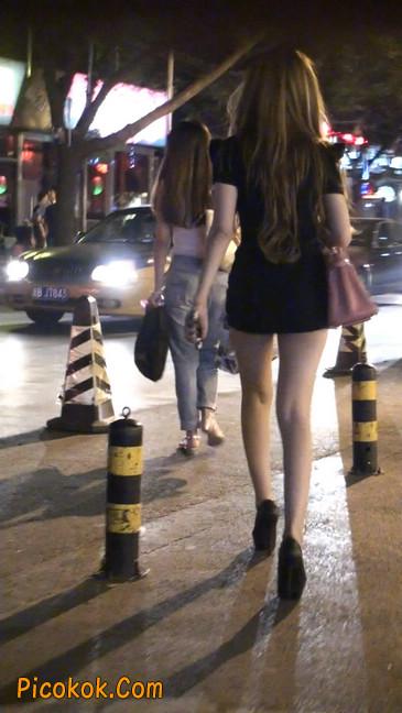 仔细看裙子短的都能看到内裤的极品美女36