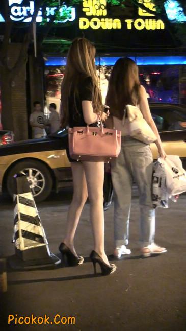 仔细看裙子短的都能看到内裤的极品美女37