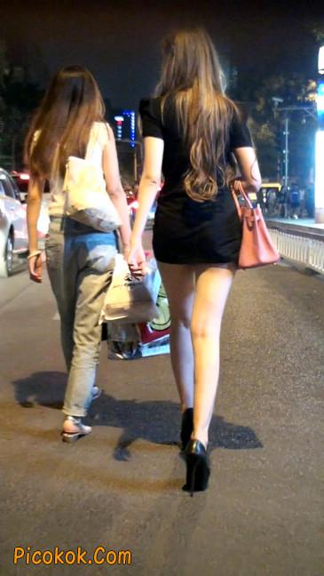 仔细看裙子短的都能看到内裤的极品美女40