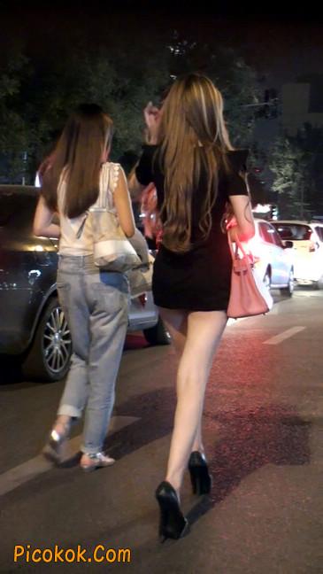 仔细看裙子短的都能看到内裤的极品美女42