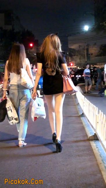 仔细看裙子短的都能看到内裤的极品美女43