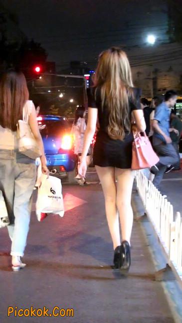 仔细看裙子短的都能看到内裤的极品美女44