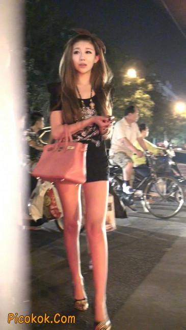 仔细看裙子短的都能看到内裤的极品美女45