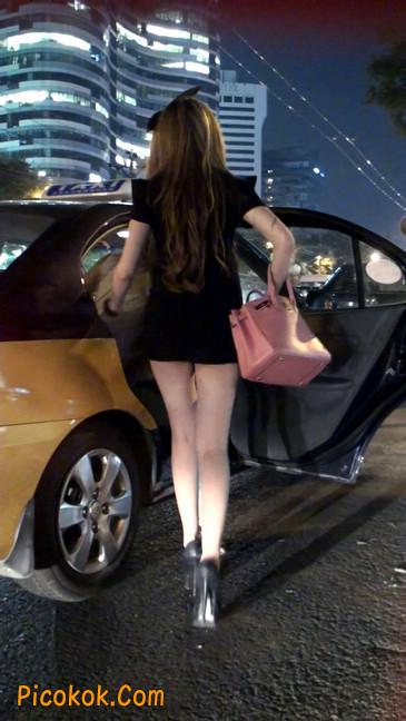 仔细看裙子短的都能看到内裤的极品美女47