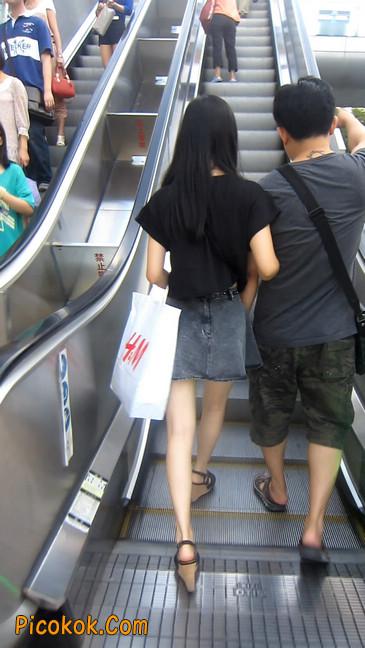 牛仔美女,裙子这么短,上电梯可得小心噢7