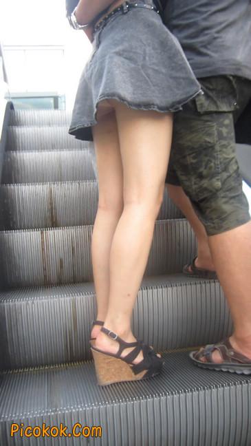 牛仔美女,裙子这么短,上电梯可得小心噢9