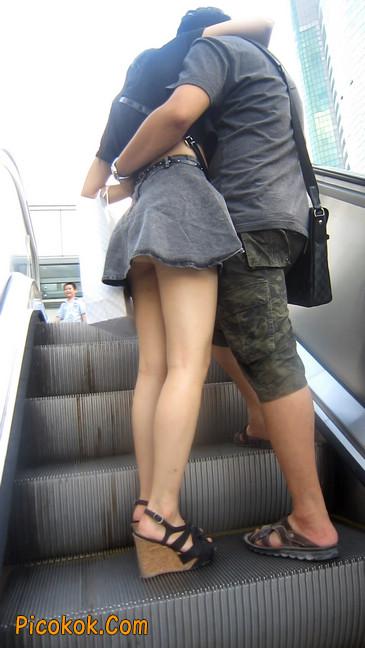 牛仔美女,裙子这么短,上电梯可得小心噢10