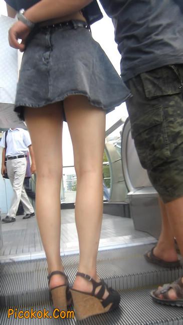 牛仔美女,裙子这么短,上电梯可得小心噢11