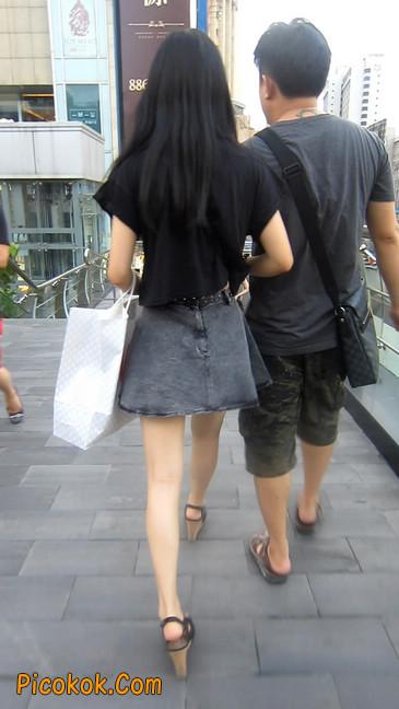 牛仔美女,裙子这么短,上电梯可得小心噢13