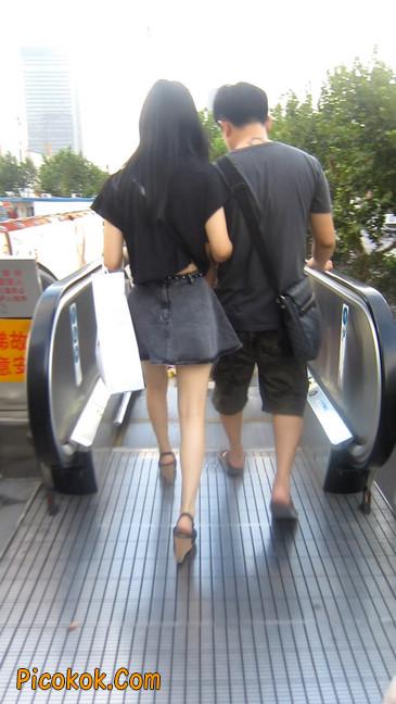 牛仔美女,裙子这么短,上电梯可得小心噢17