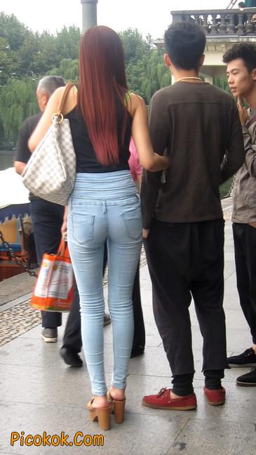 穿着紧身牛仔裤的性感撩人长腿美女1