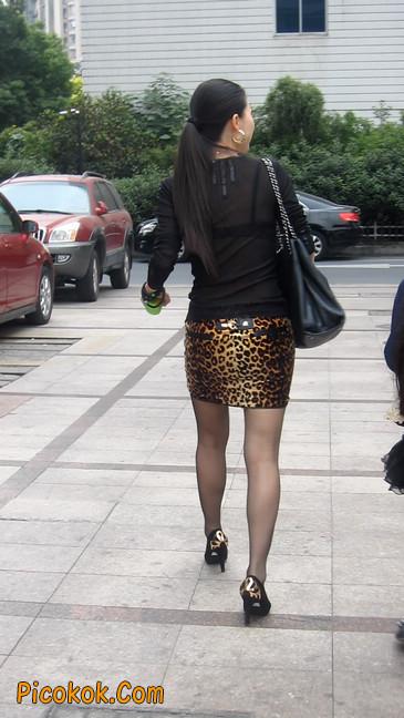 街拍穿豹纹超短裙,超薄黑丝的原味极品少妇2