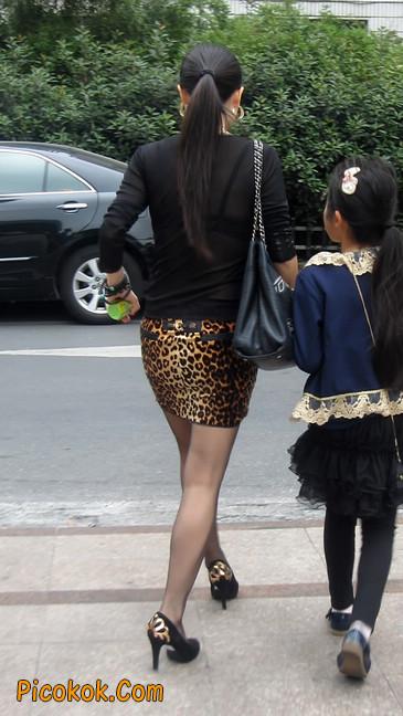 街拍穿豹纹超短裙,超薄黑丝的原味极品少妇4