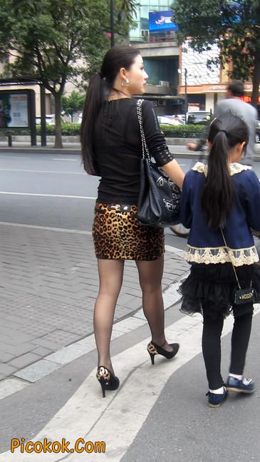 街拍穿豹纹超短裙,超薄黑丝的原味极品少妇5