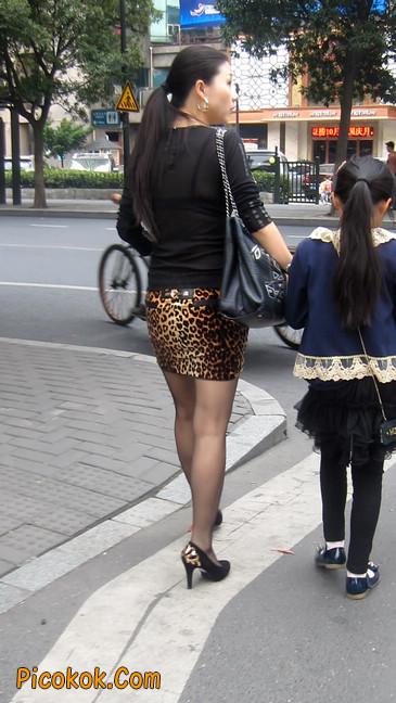 街拍穿豹纹超短裙,超薄黑丝的原味极品少妇6