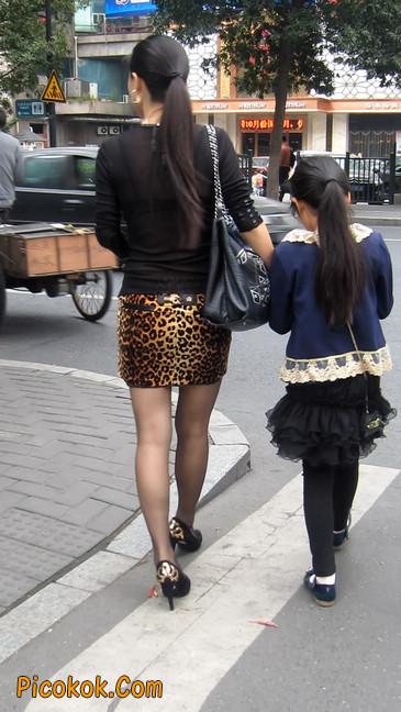 街拍穿豹纹超短裙,超薄黑丝的原味极品少妇7