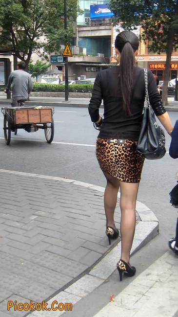 街拍穿豹纹超短裙,超薄黑丝的原味极品少妇8
