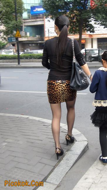 街拍穿豹纹超短裙,超薄黑丝的原味极品少妇9