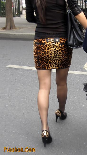 街拍穿豹纹超短裙,超薄黑丝的原味极品少妇10