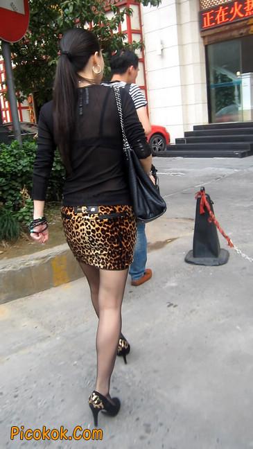 街拍穿豹纹超短裙,超薄黑丝的原味极品少妇14