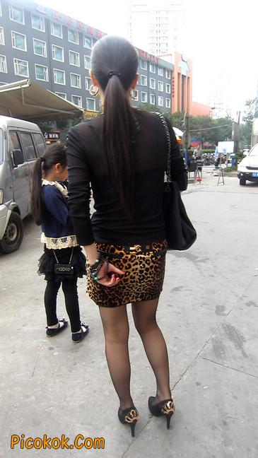 街拍穿豹纹超短裙,超薄黑丝的原味极品少妇16