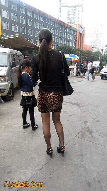 街拍穿豹纹超短裙,超薄黑丝的原味极品少妇17