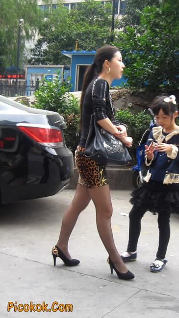 街拍穿豹纹超短裙,超薄黑丝的原味极品少妇19