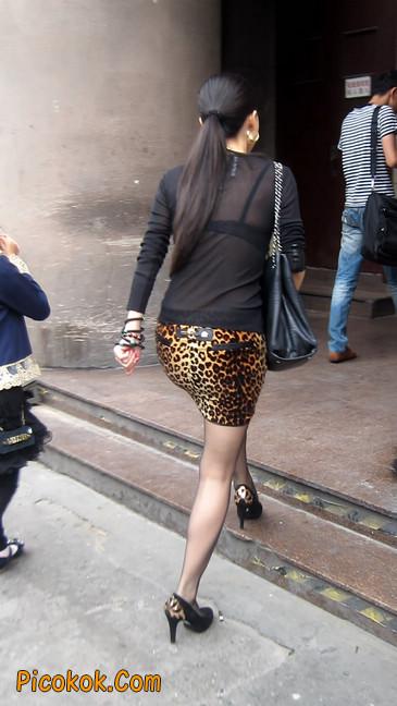 街拍穿豹纹超短裙,超薄黑丝的原味极品少妇20