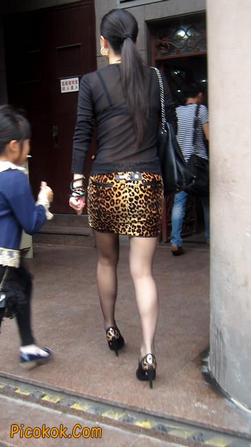 街拍穿豹纹超短裙,超薄黑丝的原味极品少妇22