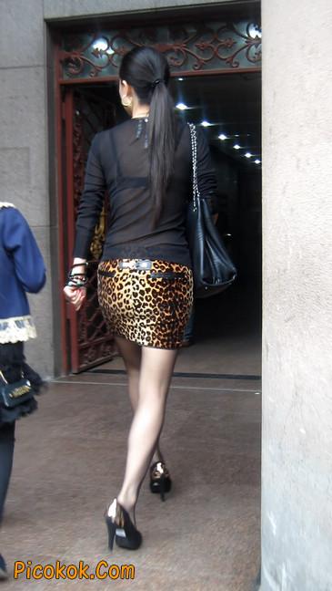 街拍穿豹纹超短裙,超薄黑丝的原味极品少妇23