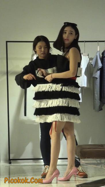 试衣间镜子前面一直摆姿势的短裤美女10