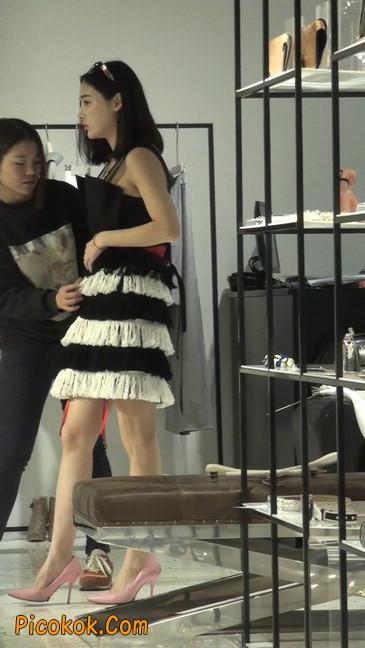 试衣间镜子前面一直摆姿势的短裤美女11