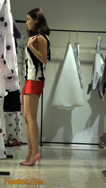 试衣间镜子前面一直摆姿势的短裤美女18