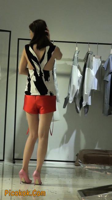 试衣间镜子前面一直摆姿势的短裤美女19