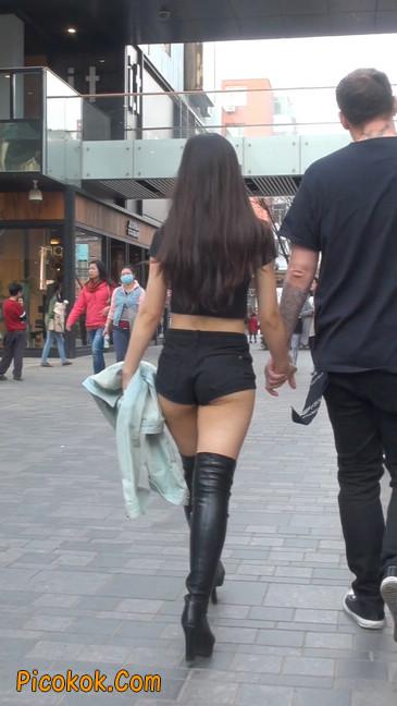 街拍紧身热裤翘臀美女,爱找老外当男友2