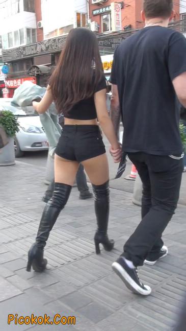 街拍紧身热裤翘臀美女,爱找老外当男友7