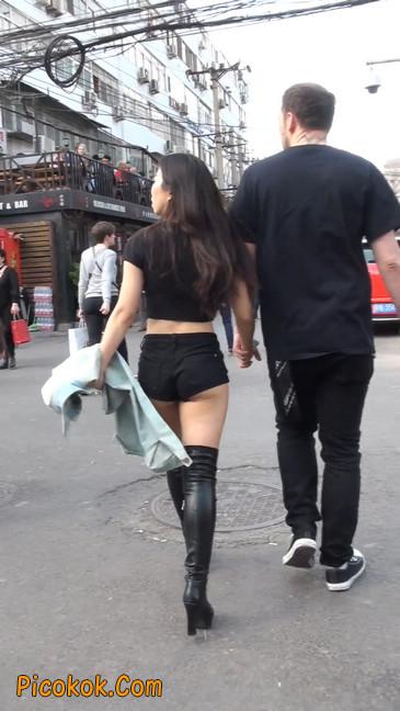 街拍紧身热裤翘臀美女,爱找老外当男友8