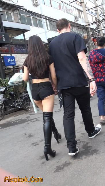 街拍紧身热裤翘臀美女,爱找老外当男友10