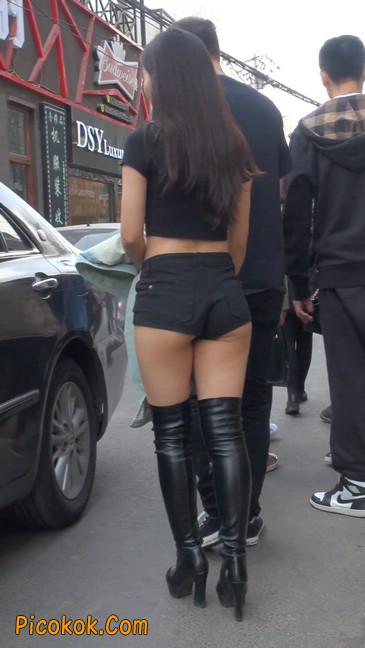 街拍紧身热裤翘臀美女,爱找老外当男友13