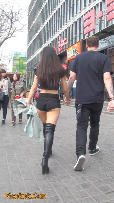 街拍紧身热裤翘臀美女,爱找老外当男友18
