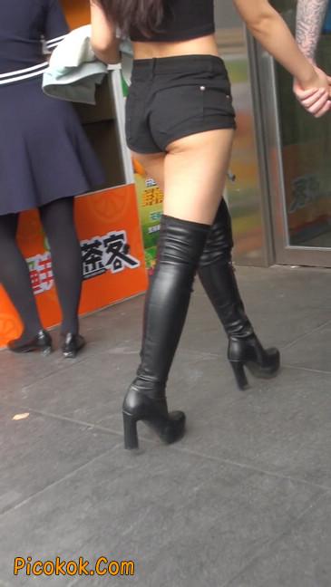 街拍紧身热裤翘臀美女,爱找老外当男友23