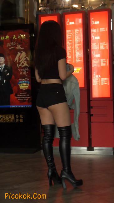 街拍紧身热裤翘臀美女,爱找老外当男友38
