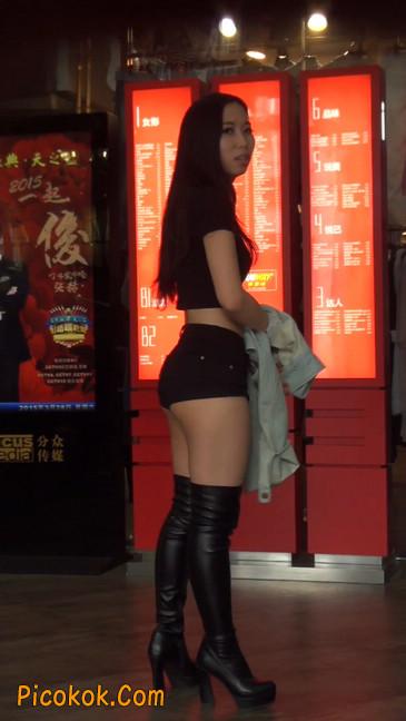 街拍紧身热裤翘臀美女,爱找老外当男友39