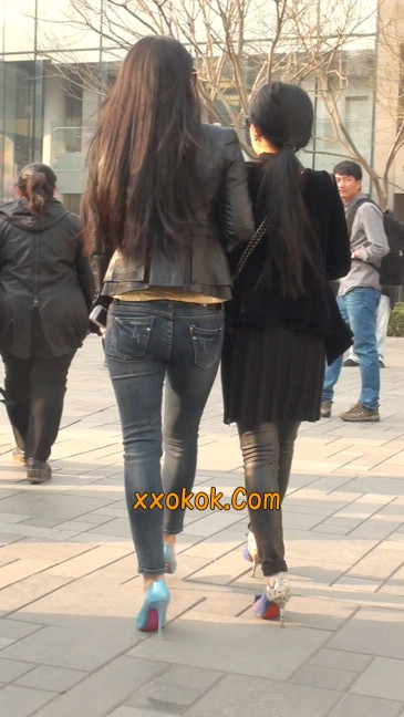 街拍高挑紧身,牛仔裤美女性感大方