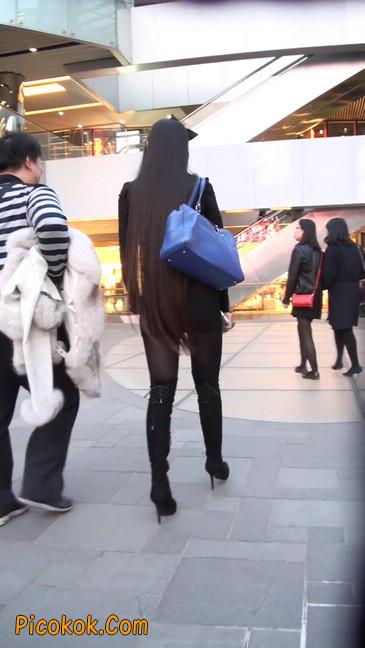 街拍高跟长筒靴黑丝短裙少妇