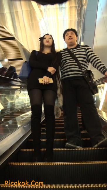 街拍高跟长筒靴黑丝短裙少妇4