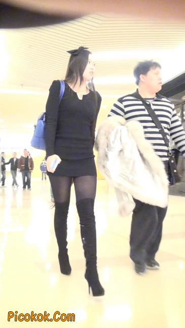 街拍高跟长筒靴黑丝短裙少妇8